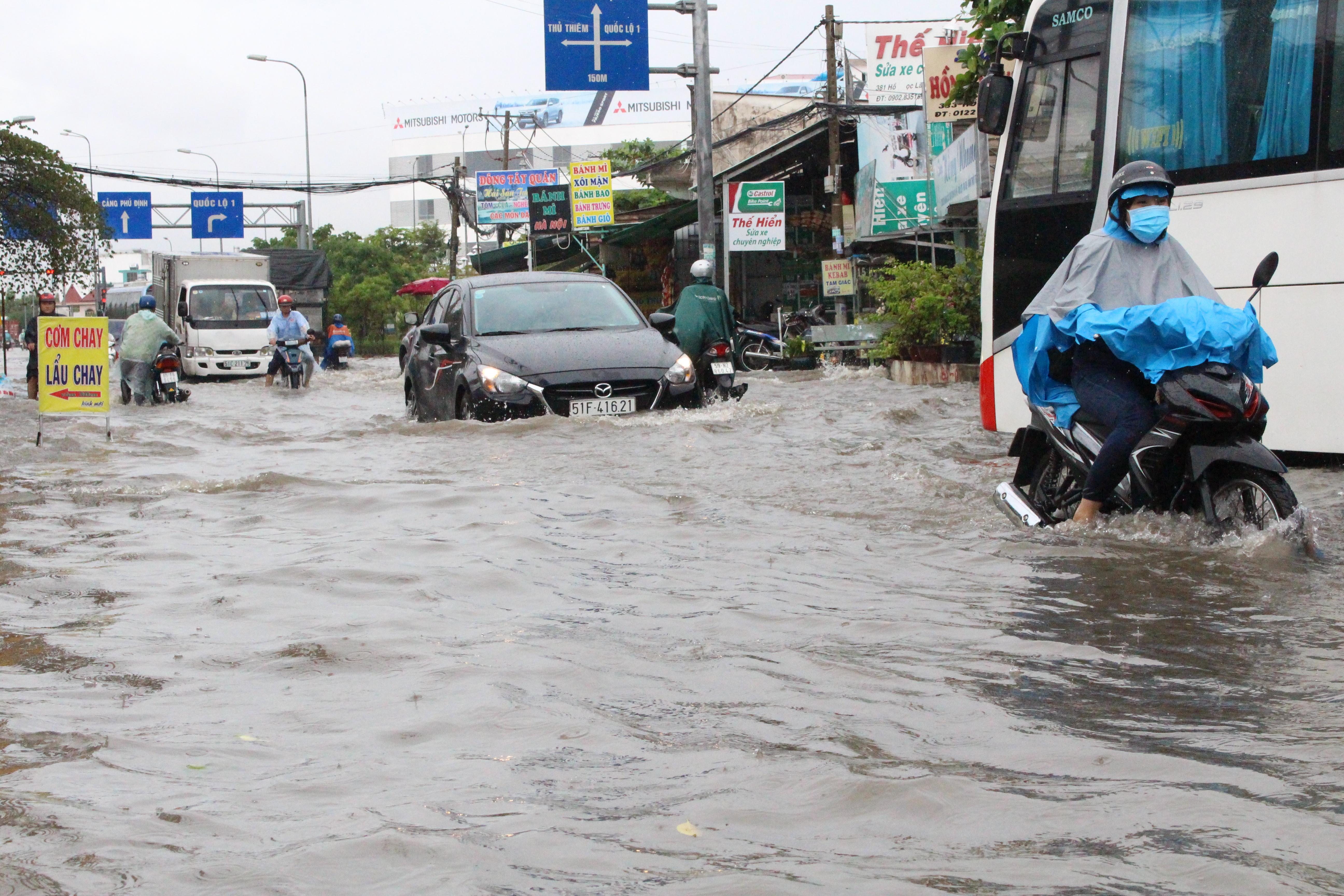 Học sinh ở Sài Gòn bì bõm lội nước sau giờ tan học do mưa lớn kéo dài từ sáng đến trưa - Ảnh 17.