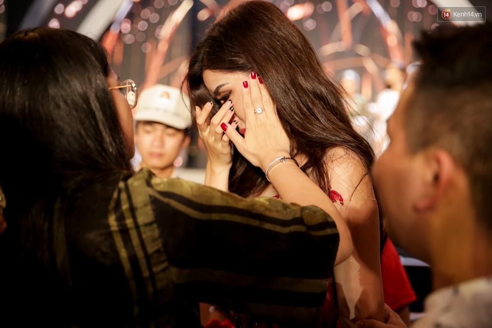 Kết thúc cuộc thi, Huyền My oà khóc nức nở khi chỉ dừng chân tại top 10 Miss Grand International 2017 - Ảnh 8.
