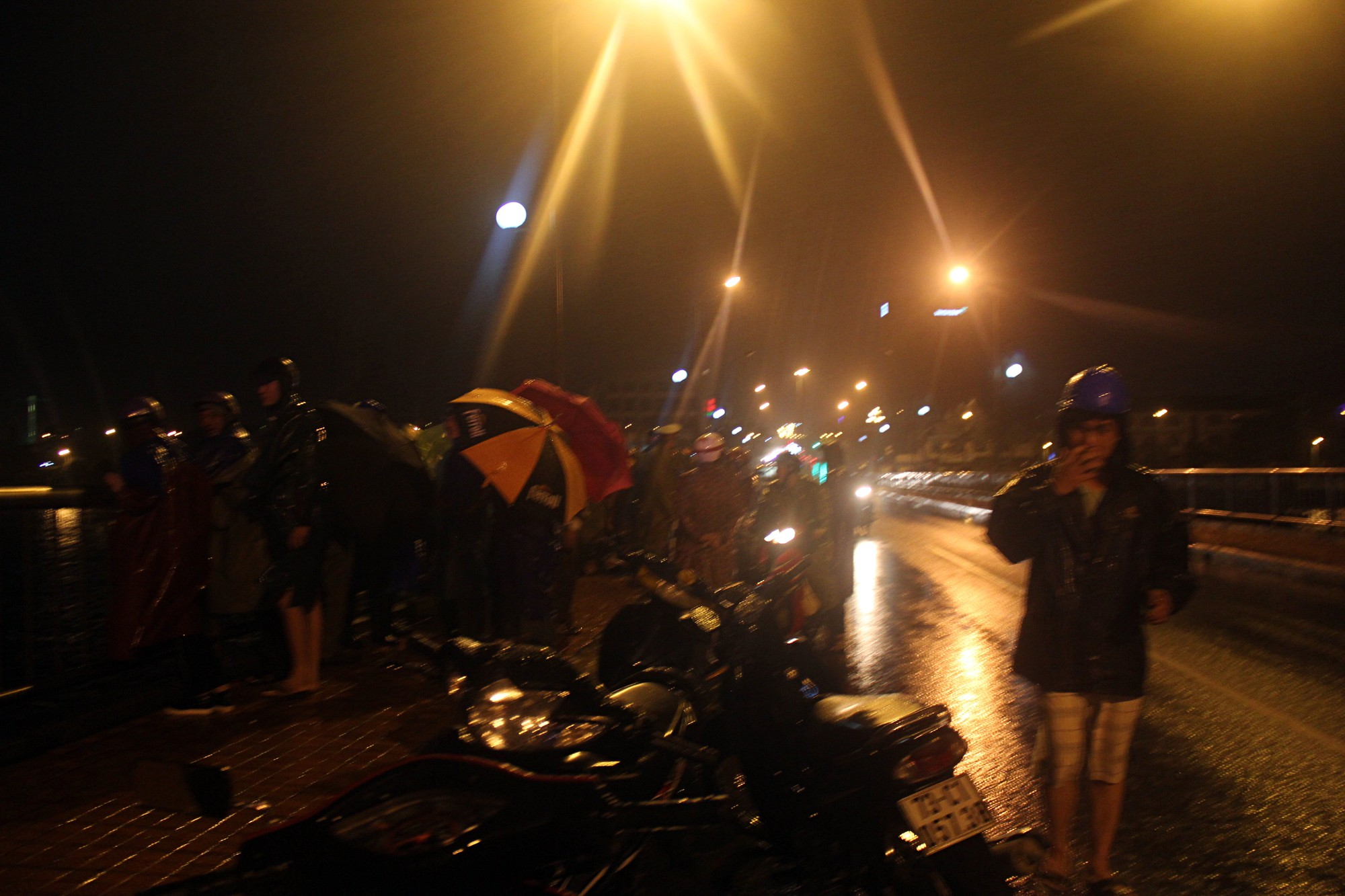 Quảng Bình: Đang đi cùng cha trên cầu, nam sinh viên bất ngờ nhảy sông tự tử - Ảnh 1.