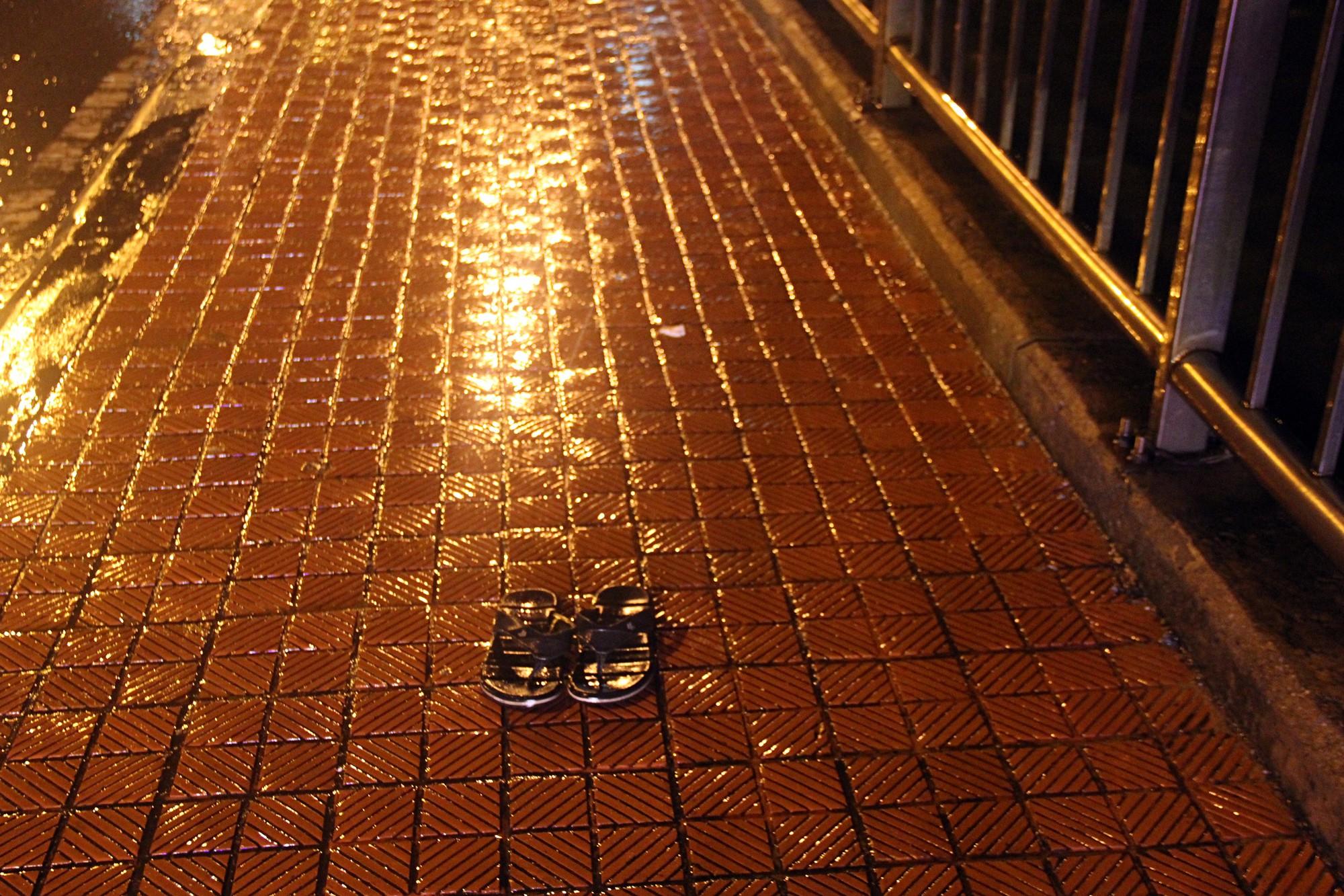 Quảng Bình: Đang đi cùng cha trên cầu, nam sinh viên bất ngờ nhảy sông tự tử - Ảnh 2.