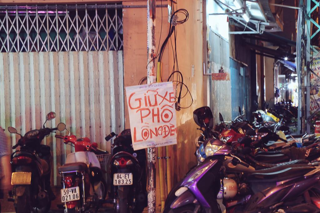 Phố lồng đèn ở Sài Gòn bắt đầu nhộn nhịp, nhiều điểm giữ xe tự phát chặt chém giá 40.000 đồng/lượt - Ảnh 5.