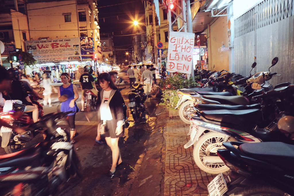 Phố lồng đèn ở Sài Gòn bắt đầu nhộn nhịp, nhiều điểm giữ xe tự phát chặt chém giá 40.000 đồng/lượt - Ảnh 7.