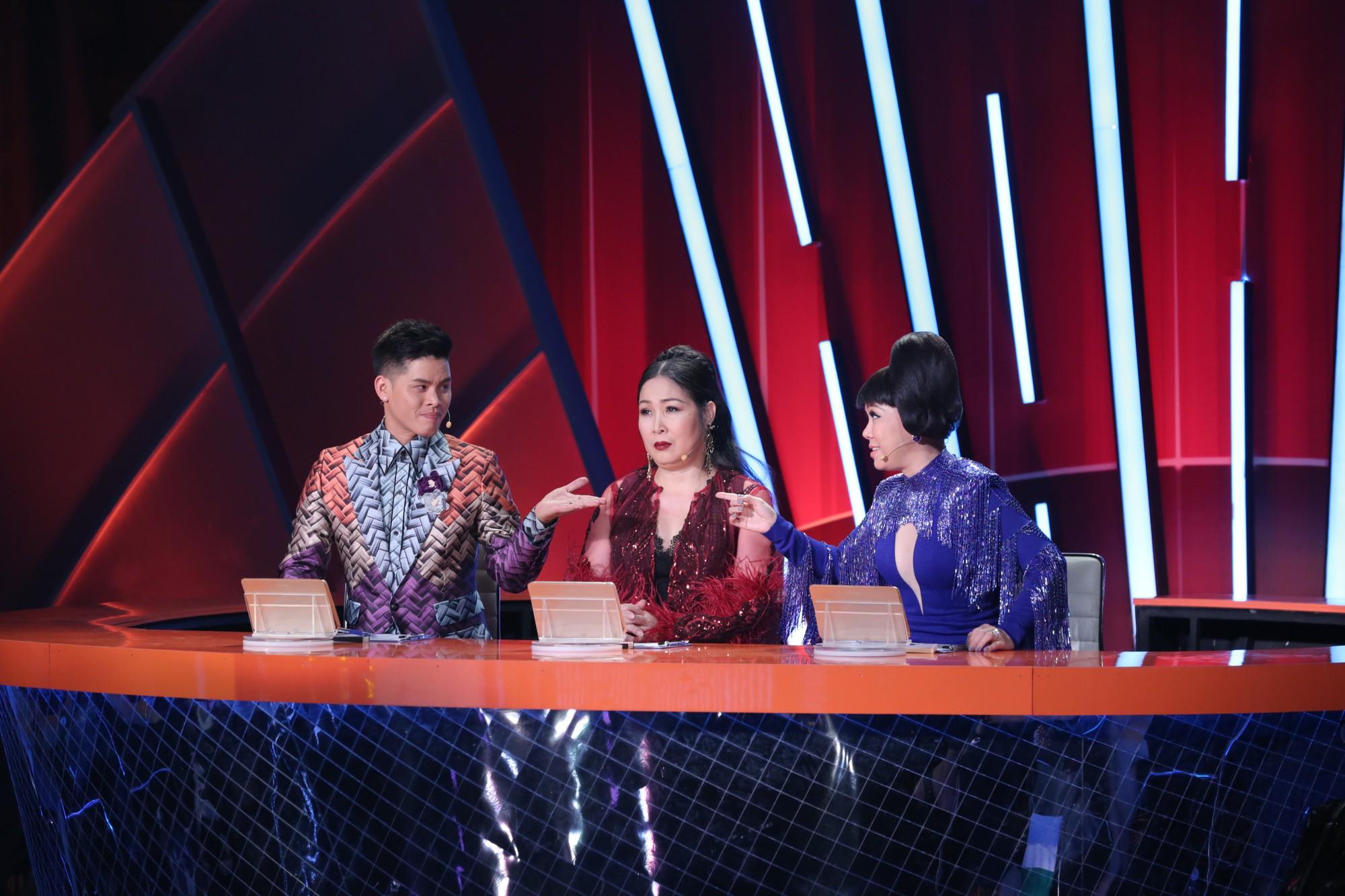 Bộ 3 giám khảo John Huy Trần - Hồng Vân - Việt Hương