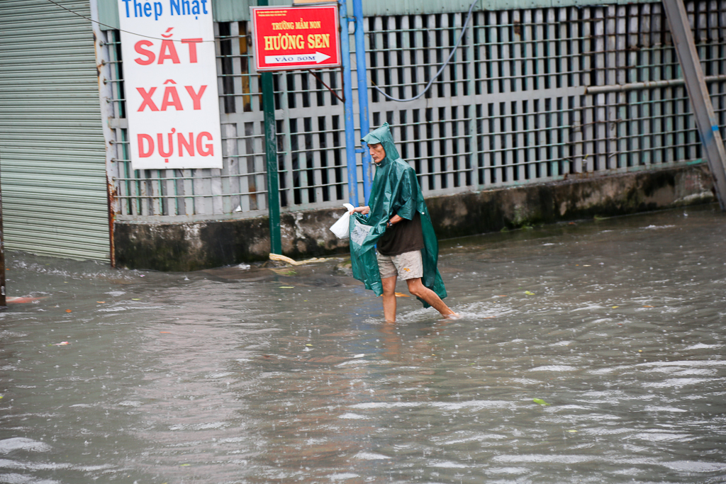 Học sinh ở Sài Gòn bì bõm lội nước sau giờ tan học do mưa lớn kéo dài từ sáng đến trưa - Ảnh 10.