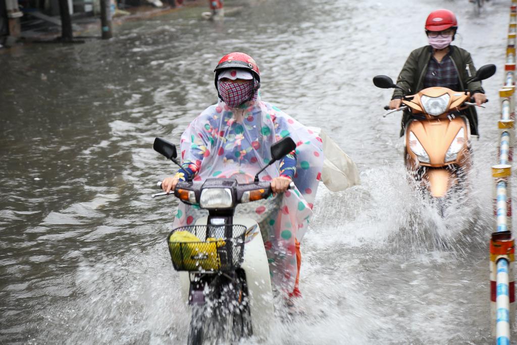 Học sinh ở Sài Gòn bì bõm lội nước sau giờ tan học do mưa lớn kéo dài từ sáng đến trưa - Ảnh 9.