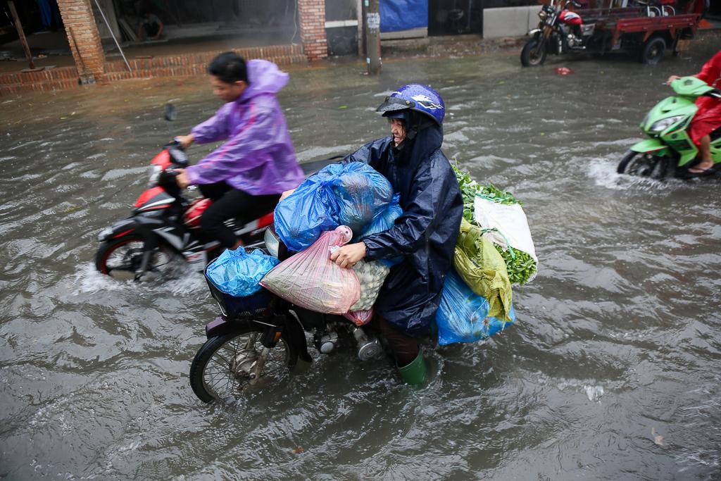 Học sinh ở Sài Gòn bì bõm lội nước sau giờ tan học do mưa lớn kéo dài từ sáng đến trưa - Ảnh 12.