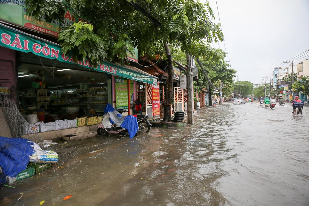 Học sinh ở Sài Gòn bì bõm lội nước sau giờ tan học do mưa lớn kéo dài từ sáng đến trưa - Ảnh 13.