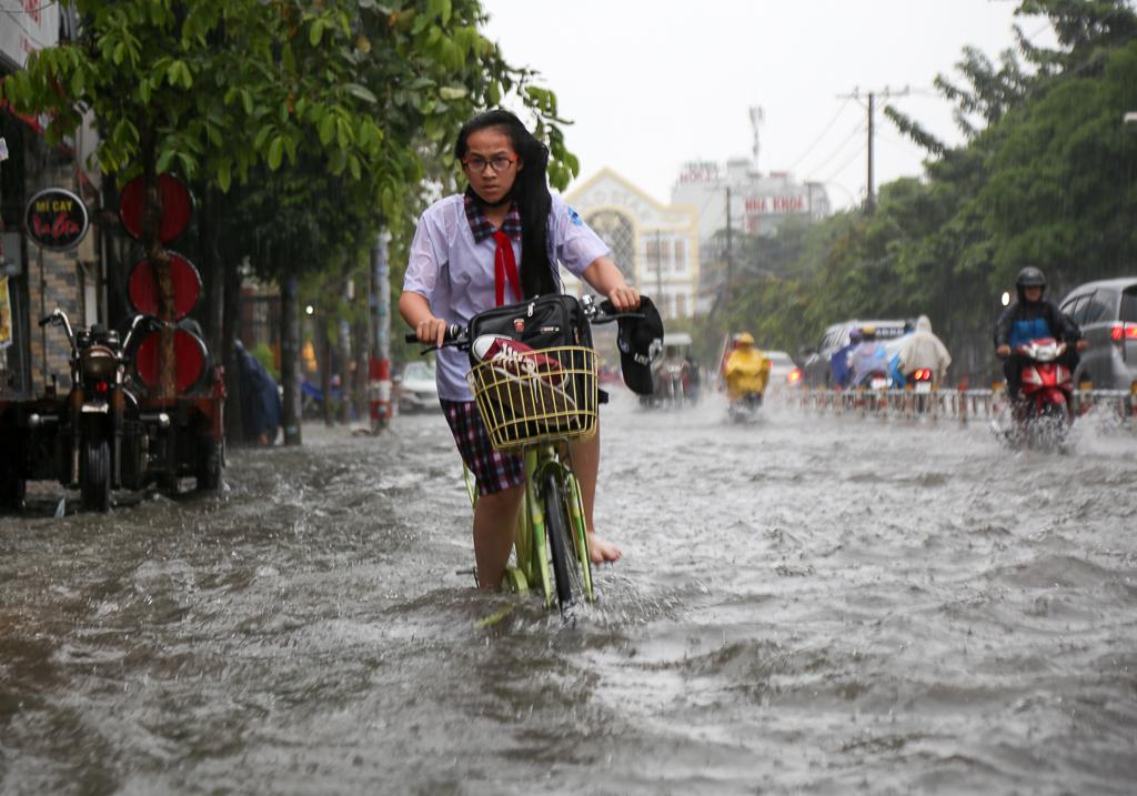 Học sinh ở Sài Gòn bì bõm lội nước sau giờ tan học do mưa lớn kéo dài từ sáng đến trưa - Ảnh 3.