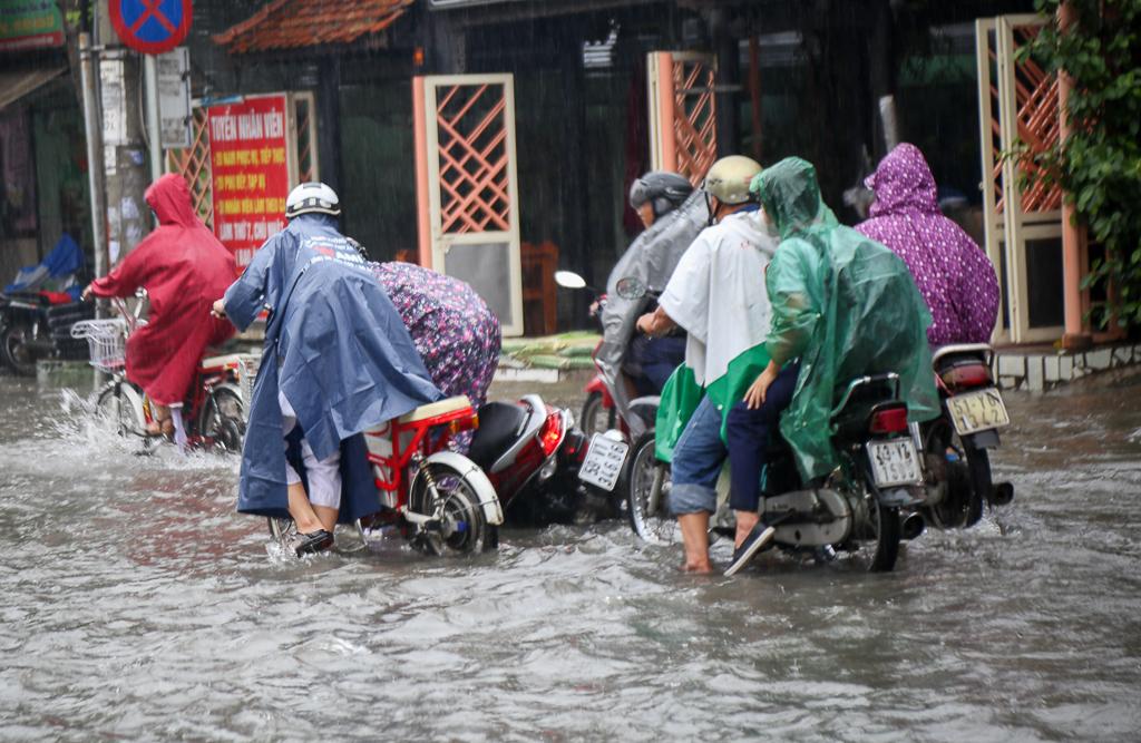 Học sinh ở Sài Gòn bì bõm lội nước sau giờ tan học do mưa lớn kéo dài từ sáng đến trưa - Ảnh 8.