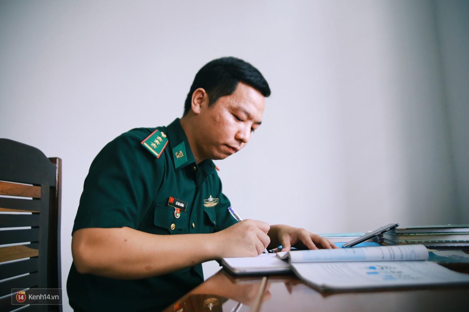 Những thầy giáo quân hàm xanh ở Vành đai biên giới Việt - Cam: Ngày tuần tra, đêm gieo chữ cho bọn trẻ không quốc tịch - Ảnh 14.