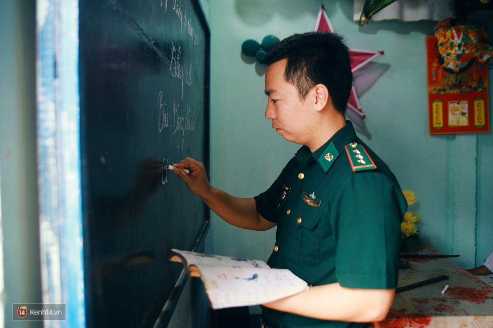 Những thầy giáo quân hàm xanh ở Vành đai biên giới Việt - Cam: Ngày tuần tra, đêm gieo chữ cho bọn trẻ không quốc tịch - Ảnh 17.