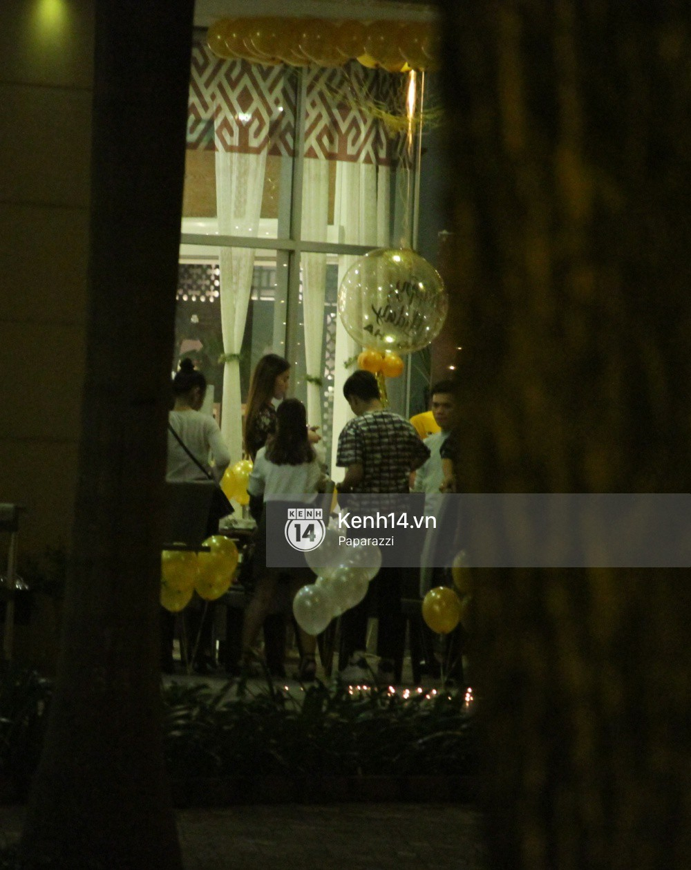Vắng Kim Lý, Hà Hồ lẻ bóng dự tiệc sinh nhật muộn do bạn bè tổ chức - Ảnh 1.