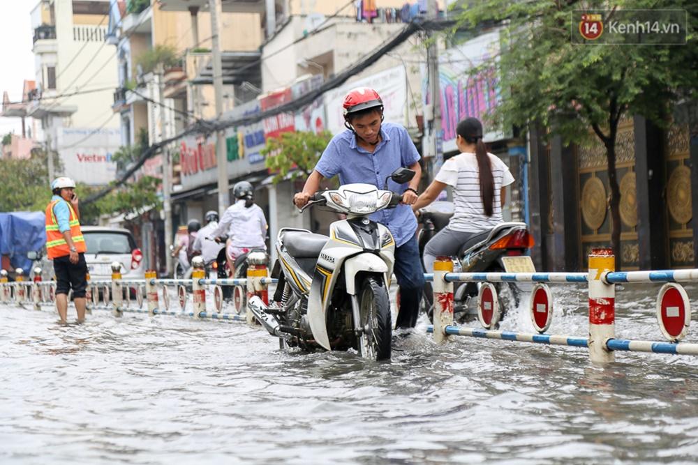 Sài Gòn ngập cả buổi sáng sau trận mưa đêm, nhân viên thoát nước ra đường đẩy xe chết máy giúp người dân - Ảnh 2.