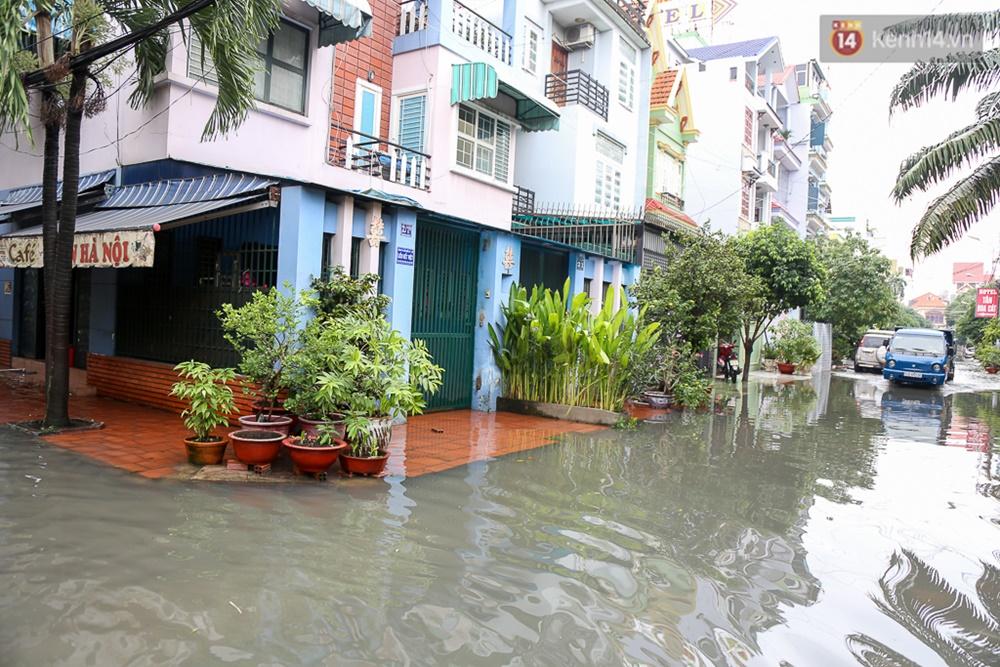 Sài Gòn ngập cả buổi sáng sau trận mưa đêm, nhân viên thoát nước ra đường đẩy xe chết máy giúp người dân - Ảnh 4.