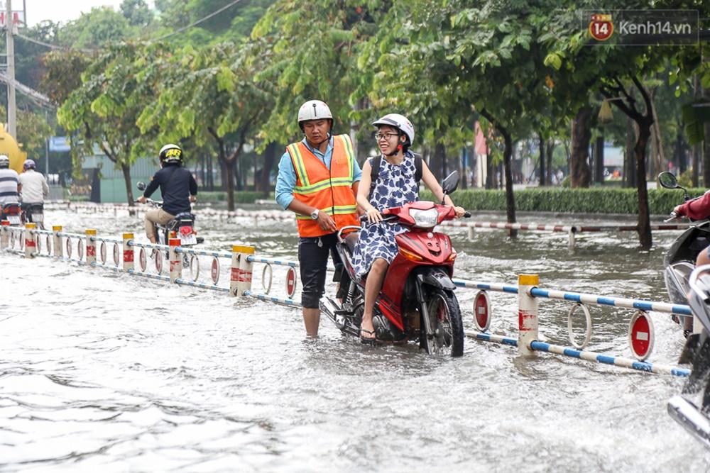 Sài Gòn ngập cả buổi sáng sau trận mưa đêm, nhân viên thoát nước ra đường đẩy xe chết máy giúp người dân - Ảnh 5.