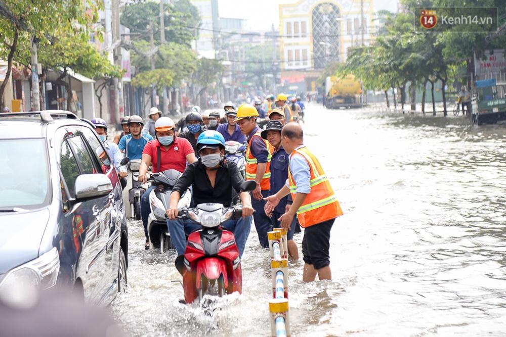 Sài Gòn ngập cả buổi sáng sau trận mưa đêm, nhân viên thoát nước ra đường đẩy xe chết máy giúp người dân - Ảnh 6.