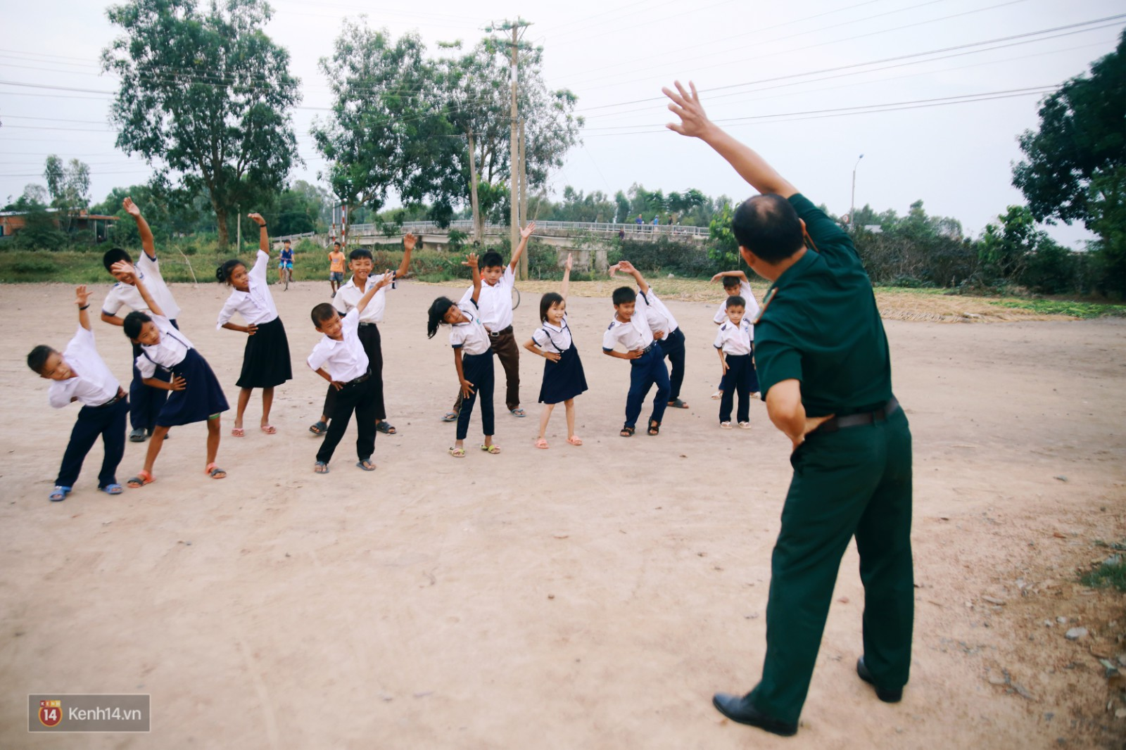 Những thầy giáo quân hàm xanh ở Vành đai biên giới Việt - Cam: Ngày tuần tra, đêm gieo chữ cho bọn trẻ không quốc tịch - Ảnh 11.