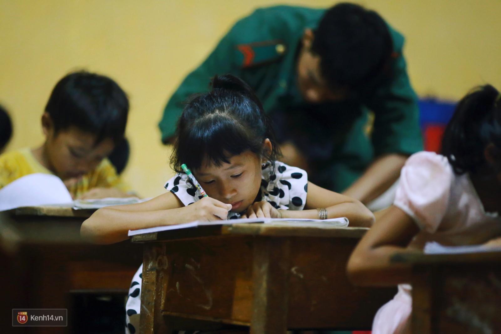 Những thầy giáo quân hàm xanh ở Vành đai biên giới Việt - Cam: Ngày tuần tra, đêm gieo chữ cho bọn trẻ không quốc tịch - Ảnh 5.