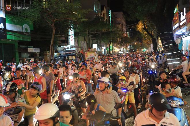 Đà Nẵng: Không khí rộn ràng khắp mọi tuyến đường khi các đội múa lân tràn ra giữa đường biểu diễn - Ảnh 1.
