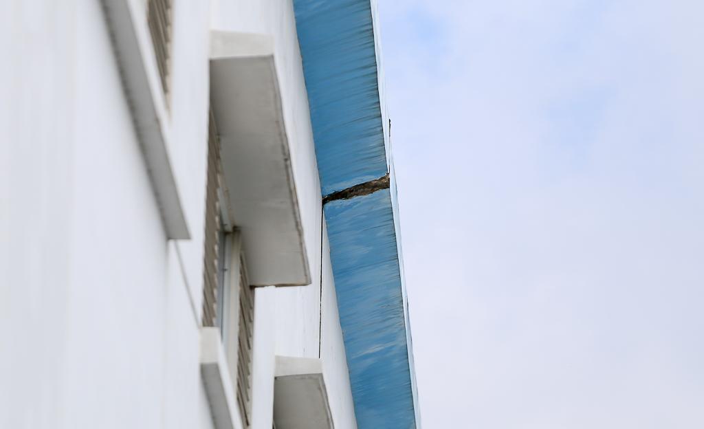 Xuất hiện vết nứt tại vị trí mảng bê tông rơi trúng đầu nam SV HUTECH, lưới B40 được chắn bên dưới để đảm bảo an toàn - Ảnh 7.