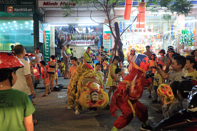 Đà Nẵng: Không khí rộn ràng khắp mọi tuyến đường khi các đội múa lân tràn ra giữa đường biểu diễn - Ảnh 13.