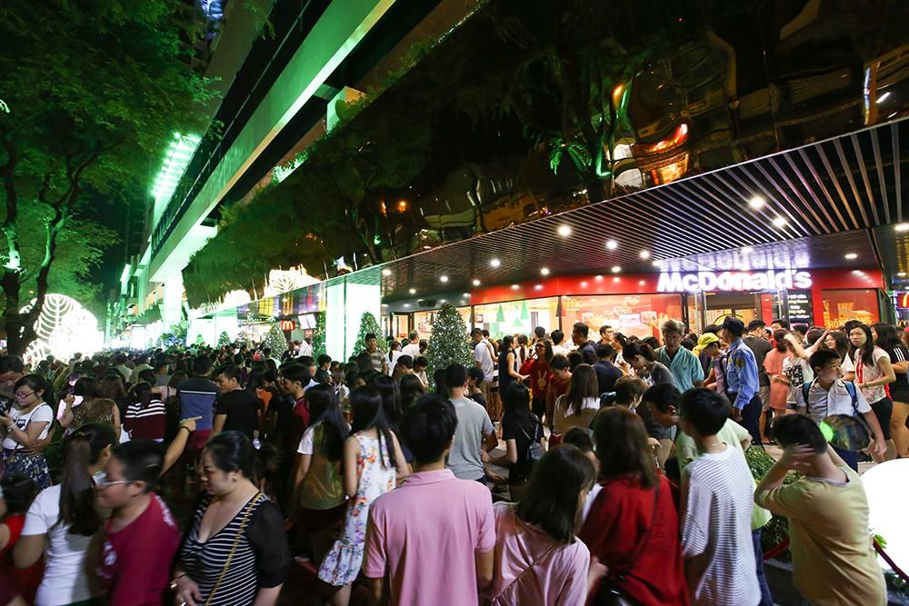 Thuận Kiều Plaza chính thức đổi tên thành The Garden Mall, hàng nghìn người Sài Gòn chen nhau vào khám phá trong ngày khai trương - Ảnh 7.