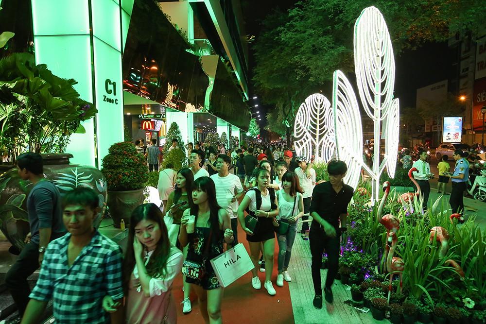 Thuận Kiều Plaza chính thức đổi tên thành The Garden Mall, hàng nghìn người Sài Gòn chen nhau vào khám phá trong ngày khai trương - Ảnh 6.
