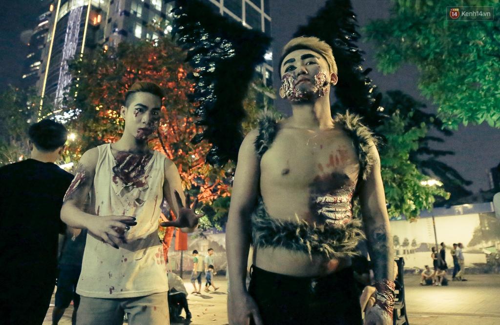 Đầu tư mùa Halloween, nhiều bạn trẻ Sài Gòn hóa trang rùng rợn trêu đùa trẻ em ở phố đi bộ Nguyễn Huệ - Ảnh 10.