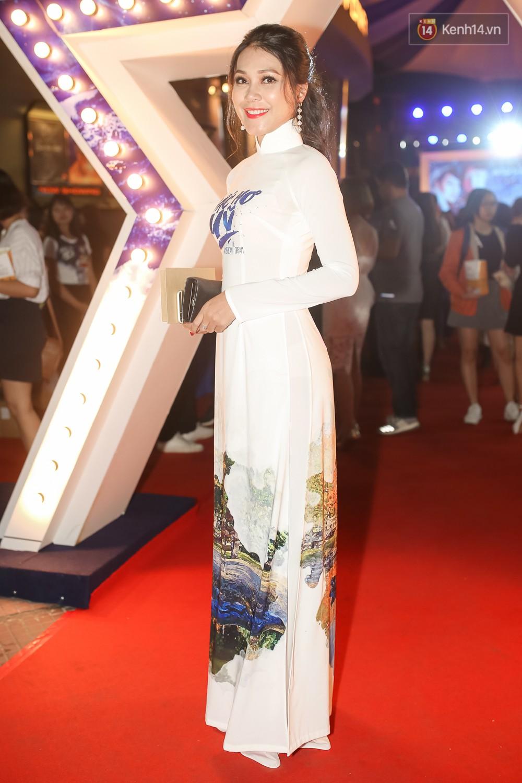 Bình Minh - Mai Thu Huyền diện áo dài trắng in tên phim mình đóng trong buổi ra mắt - Ảnh 8.