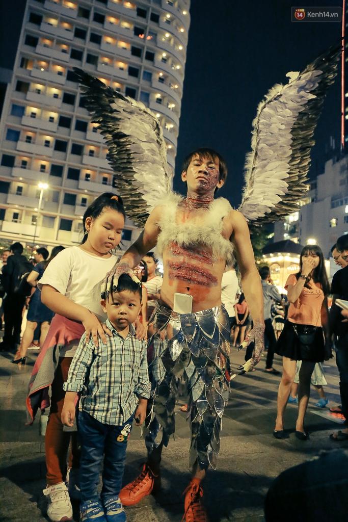 Đầu tư mùa Halloween, nhiều bạn trẻ Sài Gòn hóa trang rùng rợn trêu đùa trẻ em ở phố đi bộ Nguyễn Huệ - Ảnh 8.
