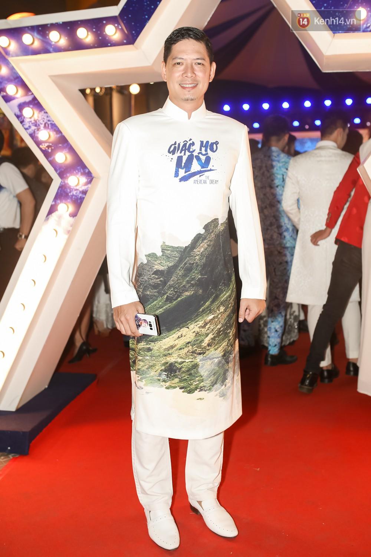 Bình Minh - Mai Thu Huyền diện áo dài trắng in tên phim mình đóng trong buổi ra mắt - Ảnh 1.