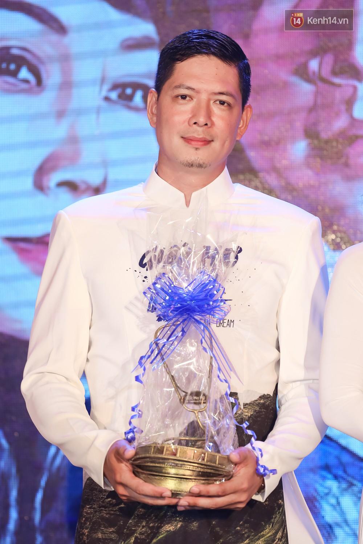 Bình Minh - Mai Thu Huyền diện áo dài trắng in tên phim mình đóng trong buổi ra mắt - Ảnh 2.