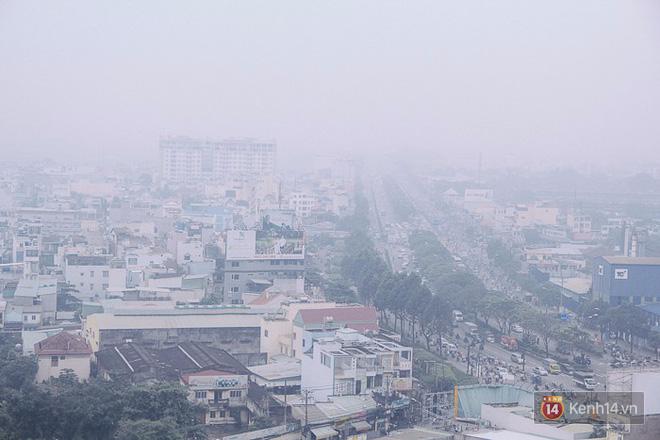 Sương mù dày đặc như Đà Lạt bao phủ khắp Sài Gòn từ sáng đến trưa - Ảnh 1.