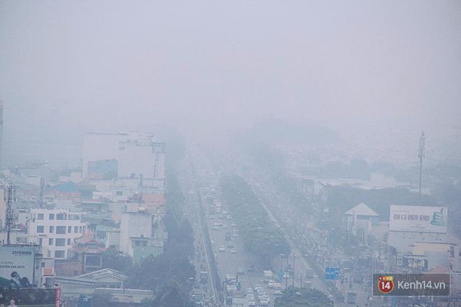 Sương mù dày đặc như Đà Lạt bao phủ khắp Sài Gòn từ sáng đến trưa - Ảnh 12.