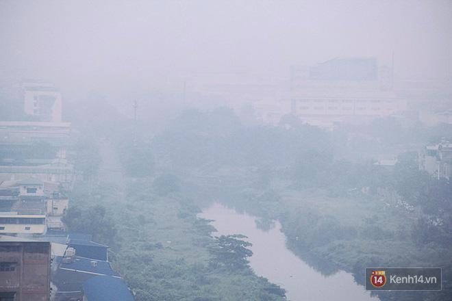 Sương mù dày đặc như Đà Lạt bao phủ khắp Sài Gòn từ sáng đến trưa - Ảnh 2.