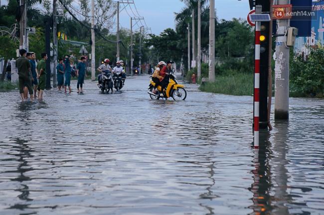 Clip, ảnh: Triều cường đạt đỉnh ở Sài Gòn, trẻ em thích thú bơi lội khi đường biến thành sông - Ảnh 2.
