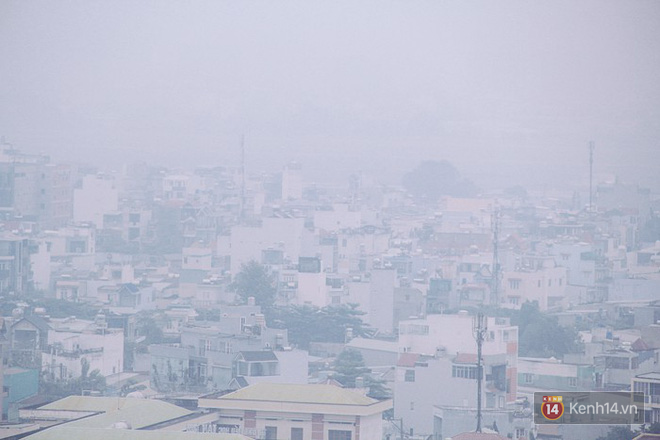 Sương mù dày đặc như Đà Lạt bao phủ khắp Sài Gòn từ sáng đến trưa - Ảnh 4.