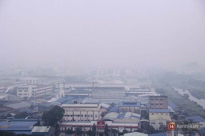Sương mù dày đặc như Đà Lạt bao phủ khắp Sài Gòn từ sáng đến trưa - Ảnh 5.