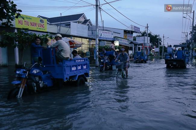 Clip, ảnh: Triều cường đạt đỉnh ở Sài Gòn, trẻ em thích thú bơi lội khi đường biến thành sông - Ảnh 13.
