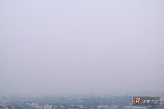 Sương mù dày đặc như Đà Lạt bao phủ khắp Sài Gòn từ sáng đến trưa - Ảnh 6.