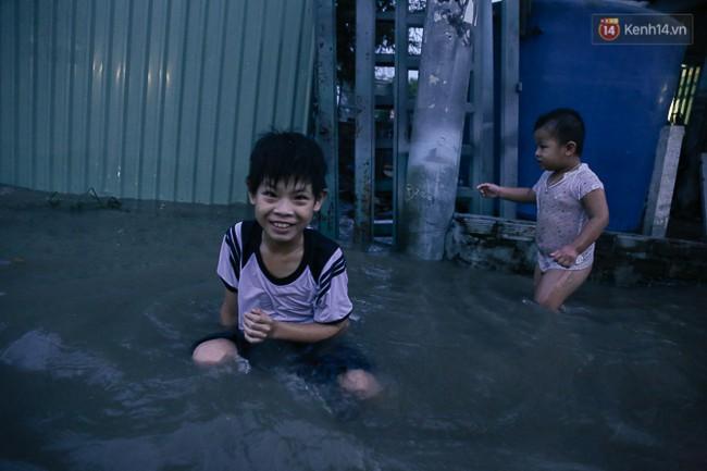 Clip, ảnh: Triều cường đạt đỉnh ở Sài Gòn, trẻ em thích thú bơi lội khi đường biến thành sông - Ảnh 6.