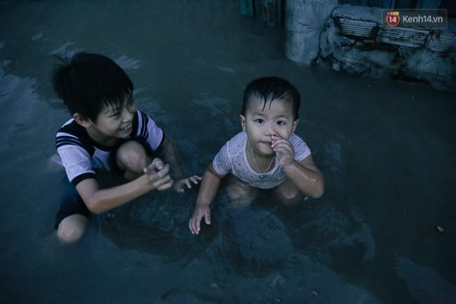 Clip, ảnh: Triều cường đạt đỉnh ở Sài Gòn, trẻ em thích thú bơi lội khi đường biến thành sông - Ảnh 7.