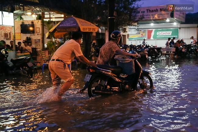 Clip, ảnh: Triều cường đạt đỉnh ở Sài Gòn, trẻ em thích thú bơi lội khi đường biến thành sông - Ảnh 14.
