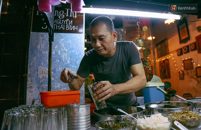 Theo chú Hưng, nấu chè luôn có bí quyết riêng và quan trọng là phải thực hiện bằng cả tâm huyết mới giữ được khách.