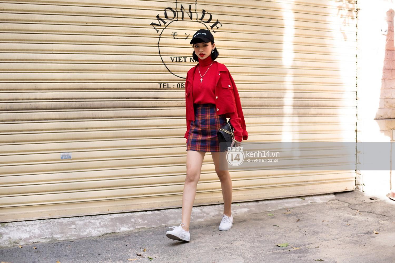Street style 2 miền: biker jacket, màu đỏ và chân váy mini là 3 thần chú trong từ điển mix đồ của giới trẻ - Ảnh 2.