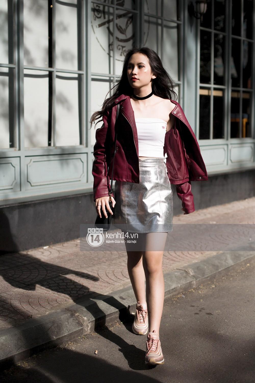 Street style 2 miền: biker jacket, màu đỏ và chân váy mini là 3 thần chú trong từ điển mix đồ của giới trẻ - Ảnh 13.