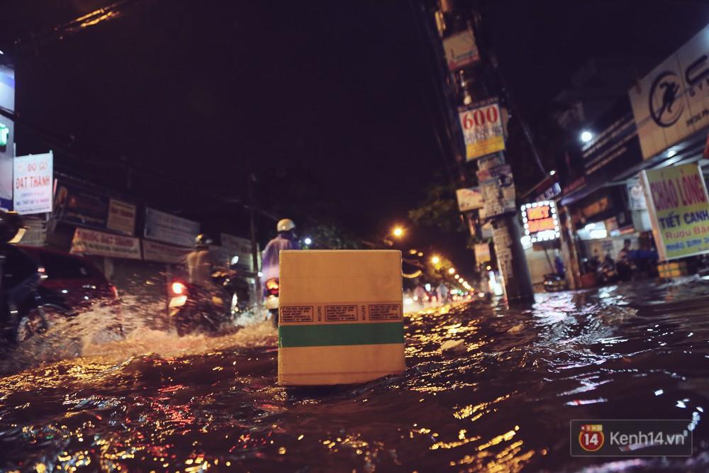 Sài Gòn mưa lớn trước bão số 14, cửa ngõ sân bay Tân Sơn Nhất kẹt xe kinh hoàng 1