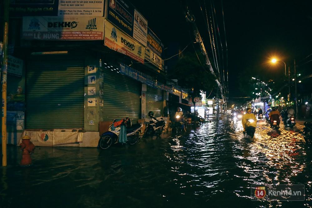 Sài Gòn mưa lớn trước bão số 14, cửa ngõ sân bay Tân Sơn Nhất kẹt xe kinh hoàng 2
