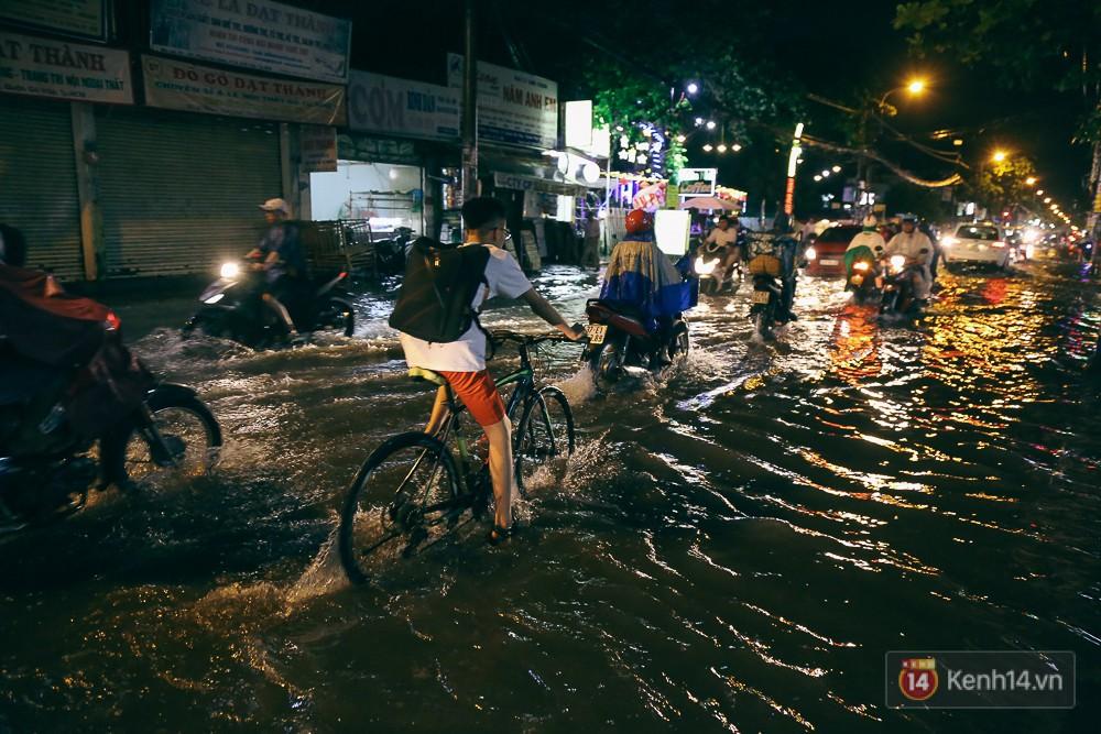Sài Gòn mưa lớn trước bão số 14, cửa ngõ sân bay Tân Sơn Nhất kẹt xe kinh hoàng 3