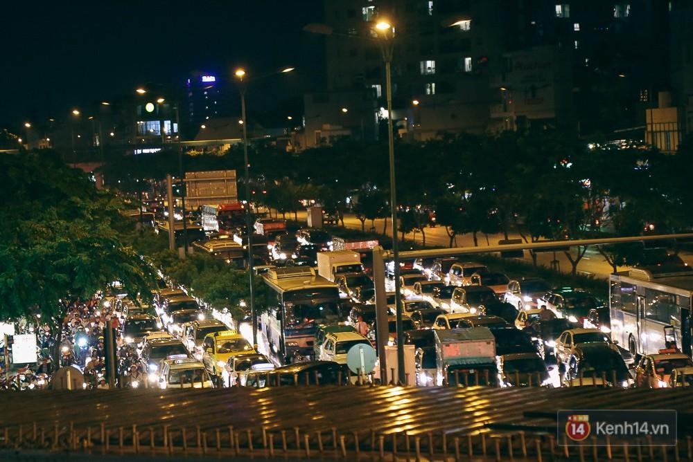 Sài Gòn mưa lớn trước bão số 14, cửa ngõ sân bay Tân Sơn Nhất kẹt xe kinh hoàng 11